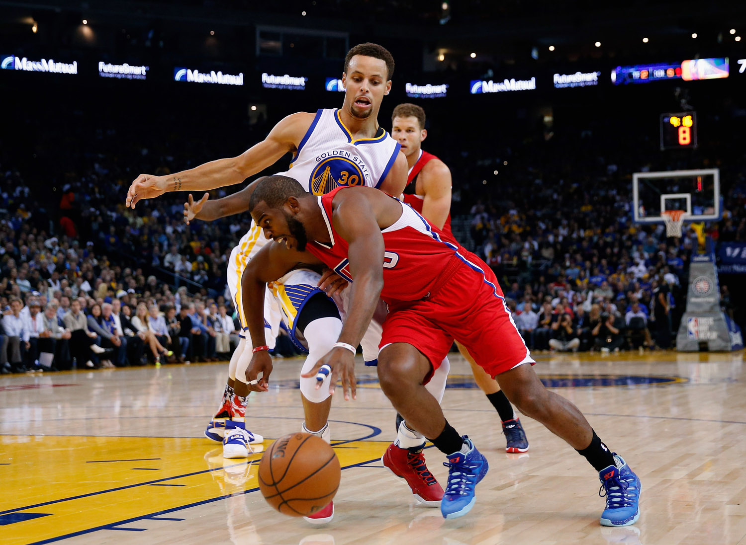 OAKLAND, CA - NOVEMBER 04:  Chris Paul #3 of the Los Angeles Clippers drives on Stephen Curry #30 of the Golden State Warriors at ORACLE Arena on November 4, 2015 in Oakland, California. NOTE TO USER: User expressly acknowledges and agrees that, by downloading and or using this photograph, User is consenting to the terms and conditions of the Getty Images License Agreement.  (Photo by Ezra Shaw/Getty Images)